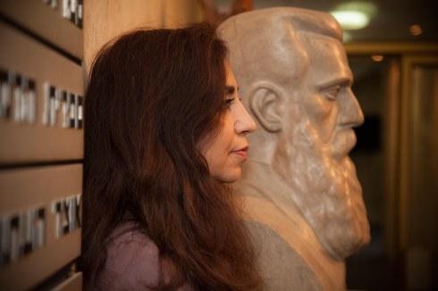 צילום של שרון לנגר את שלומית ליר, האישה עם החזון, לקראת התערוכה